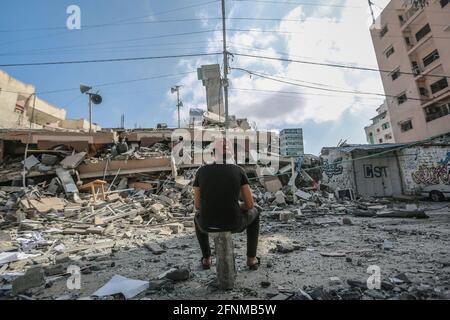 Gaza-Stadt, Palästinensische Gebiete. Mai 2021. Ein Palästinenser inspiziert die Überreste eines zerstörten Wohngebäudes, nachdem es von israelischen Luftangriffen getroffen wurde, inmitten der eskalierenden Eskalation der israelisch-palästinensischen Gewalt. Kredit: Mohammed Talatene/dpa/Alamy Live Nachrichten