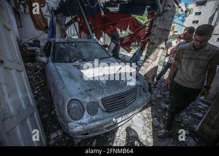 Gaza-Stadt, Palästinensische Gebiete. Mai 2021. Palästinenser inspizieren die Überreste eines zerstörten Wohngebäudes, nachdem es von israelischen Luftangriffen getroffen wurde, inmitten des eskalierenden Ausflackers der israelisch-palästinensischen Gewalt. Kredit: Mohammed Talatene/dpa/Alamy Live Nachrichten