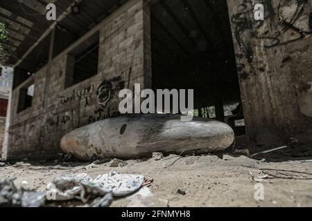 Gaza-Stadt, Palästinensische Gebiete. Mai 2021. Eine nicht explodierte Bombe, die von einem israelischen F-16-Kampfflugzeug in der Nachbarschaft von Rimal abgeworfen wurde, während die israelisch-palästinensische Gewalt eskalierte. Kredit: Mohammed Talatene/dpa/Alamy Live Nachrichten