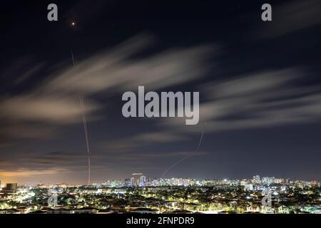 Lichtstreifen werden gesehen, als Israels Raketenabwehrsystem Iron Dome Raketen abfängt, die vom Gazastreifen in Richtung Israel abgefeuert wurden, wie aus Aschkelon, Israel, 18. Mai 2021, zu sehen ist. REUTERS/Amir Cohen