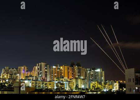 Das israelische Raketenabwehrsystem Iron Dome fängt vom Gazastreifen aus Raketen ab, die auf Israel gerichtet sind, wie aus Aschkelon, Israel, 18. Mai 2021, zu sehen ist. REUTERS/Amir Cohen