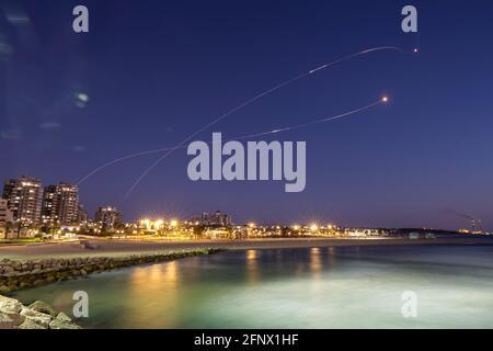 Lichtstreifen werden gesehen, als Israels Raketenabwehrsystem Iron Dome Raketen abfängt, die vom Gazastreifen in Richtung Israel abgeschossen wurden, wie aus Aschkelon, 19. Mai 2021, REUTERS/Amir Cohen, zu sehen ist