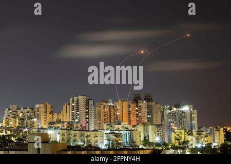 Lichtstreifen werden gesehen, als Israels Raketenabwehrsystem Iron Dome Raketen abfängt, die aus dem Gazastreifen in Richtung Israel abgefeuert wurden, wie aus Aschkelon, 20. Mai 2021, REUTERS/Amir Cohen, zu sehen war