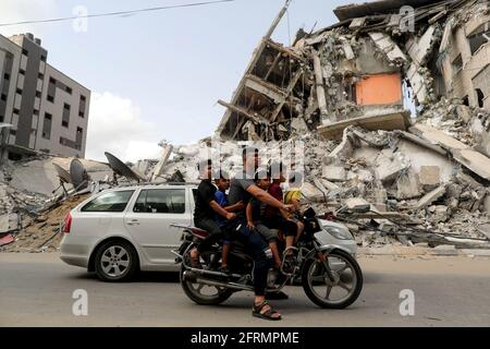 Palästinenser fahren mit dem Motorrad am Ort eines israelischen Luftanschlags vorbei, nach dem Waffenstillstand der Hamas in Gaza am 21. Mai 2021. REUTERS/Suhaib Salem