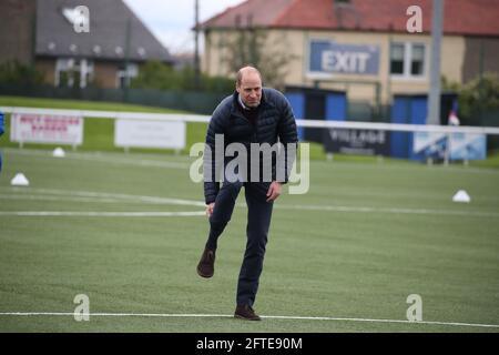 Der Duke of Cambridge auf dem Spielfeld bei einem Besuch im Ainslie Park Stadium des Spartans FC in Edinburgh, um über Initiativen im schottischen Fußball zu erfahren, die sich vor dem schottischen Pokalfinale am Samstag für die psychische Gesundheit einsetzen. Bilddatum: Freitag, 21. Mai 2021.