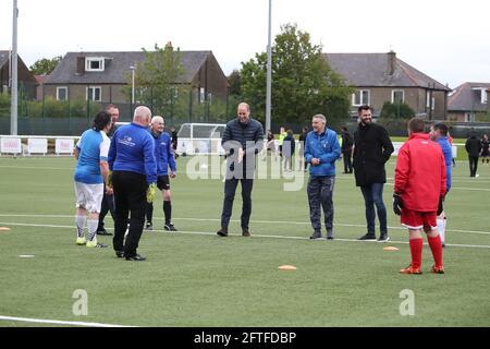 Der Duke of Cambridge (Mitte) auf dem Spielfeld bei einem Besuch im Ainslie Park Stadium des Spartans FC in Edinburgh, um von Initiativen im schottischen Fußball zu erfahren, die sich vor dem schottischen Pokalfinale am Samstag für die psychische Gesundheit einsetzen. Bilddatum: Freitag, 21. Mai 2021.