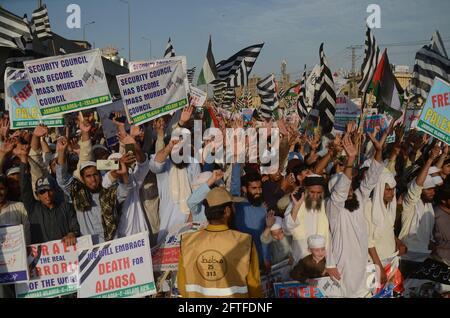 Peshawar, Pakistan. Mai 2021. Die Chefin von Jamiat Ulema-e-Islam, Maulana Fazlur Rehman, führte eine Anti-Israel-Kundgebung an und Arbeiter verbrennen während einer Demonstration zur Unterstützung von Palästinensern, die im Konflikt mit Israelis stehen, eine Darstellung einer israelischen Flagge. (Foto: Hussain Ali/Pacific Press) Quelle: Pacific Press Media Production Corp./Alamy Live News