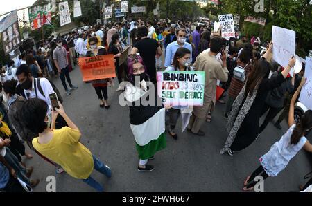 Lahore, Pakistan. Mai 2021. Pakistanische und palästinensische Studenten verschiedener Bildungseinrichtungen und Mitarbeiter der Zivilgesellschaft halten Plakate, die an einer Protestdemonstration vor dem Presseclub in Lahore zur Unterstützung des palästinensischen Gazastreifens und gegen die Angriffe Israels auf die palästinensische Aqsa-Moschee teilnehmen. Die israelische Polizei griff muslimische Gläubige an, die wöchentlich Freitagsgebete in der Al-Aqsa-Moschee in der Altstadt von Ostjerusalem anhielten. Bei den Anschlägen wurden eine Reihe von Menschen verletzt, aber der palästinensische Rote Halbmond muss noch keine Zahlen darüber veröffentlichen, wie viele Menschen verletzt wurden. Kredit: