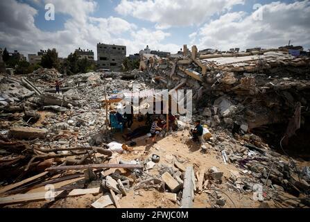 Palästinenser sitzen in einem provisorischen Zelt inmitten der Trümmer ihrer Häuser, die durch israelische Luftangriffe während der Kämpfe zwischen Israel und der Hamas im Gazastreifen am 23. Mai 2021 zerstört wurden. REUTERS/Mohammed Salem