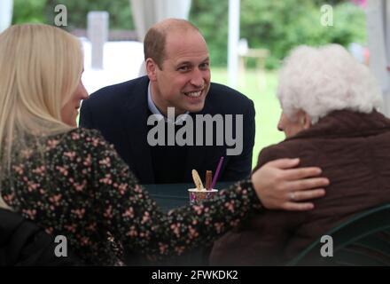 Der Duke of Cambridge plaudert mit Betty Magee (96) und ihrer Enkelin Kimberley Anderson während eines Besuchs im QueenÕs Bay Lodge Care Home in Edinburgh, Das wird von der Church of Scotland über Cross Reach betrieben, um sich mit Mitarbeitern, Bewohnern und Familien zu treffen, um über die Auswirkungen von COVID-19 auf das Haus zu erfahren. Bilddatum: Sonntag, 23. Mai 2021.