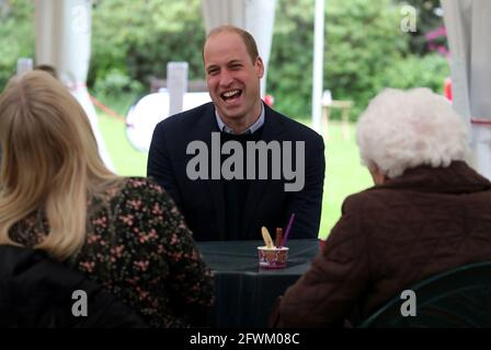 Der britische Prinz William, Duke of Cambridge, plaudert mit der 96-jährigen Betty Magee und ihrer Enkelin Kimberley Anderson während eines Besuchs im Bay Lodge Care Home der Queen, das von der Church of Scotland über Cross Reach in Edinburgh, Schottland, Großbritannien, am 23. Mai 2021 geführt wird. Andrew Milligan/PA Wire/Pool über REUTERS