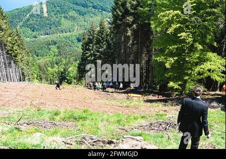 Die ersten Zwischenfälle, die sich auf der Seilbahn Stresa-Mottarone im Piemont ereignet haben. Vierzehn Menschen starben. Lago Maggiore, Italien