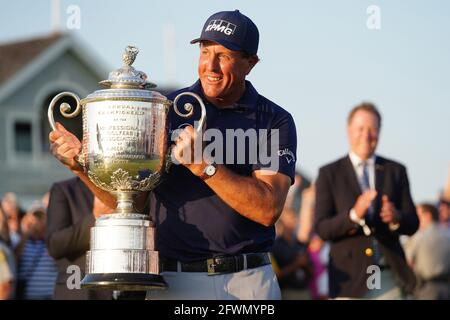 Kiawah Island, Usa. Mai 2021. Phil Mickelson lächelt, als er die Wanamaker Trophy nach dem Gewinn der 103. PGA-Meisterschaft auf dem Kiawah Island Golf Resort Ocean Course auf Kiawah Island, South Carolina, am Sonntag, 23. Mai 2021, hebt. Foto von Richard Ellis/UPI Credit: UPI/Alamy Live News