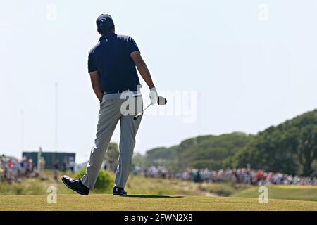 Kiawah Island, Usa. Mai 2021. Phil Mickelson sieht am Sonntag, den 23. Mai 2021, bei der 103. PGA Championship auf dem Kiawah Island Golf Resort Ocean Course auf Kiawah Island, South Carolina, seinen Schuss am 8. Mai absegeln. Foto von Richard Ellis/UPI Credit: UPI/Alamy Live News