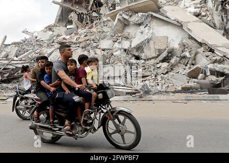 Palästinenser fahren mit dem Motorrad am Ort eines israelischen Luftanschlags vorbei, nach dem Waffenstillstand der Hamas in Gaza am 21. Mai 2021. Bild aufgenommen am 21. Mai 2021. REUTERS/Suhaib Salem