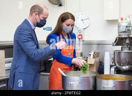 Der Herzog und die Herzogin von Cambridge helfen mit Vertretern von Sikh Sanjog, einer Sikh-Community-Gruppe, die an gefährdete Familien in Edinburgh verteilt wird, in der Café-Küche im Palace of Holyroodhouse, Edinburgh, bei der Zubereitung von Mahlzeiten. Bilddatum: Montag, 24. Mai 2021.