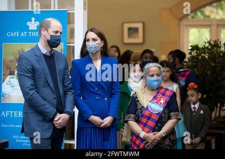 Der Herzog und die Herzogin von Cambridge mit Vertretern von Sikh Sanjog, einer Sikh-Community-Gruppe in der Café-Küche im Palace of Holyroodhouse, Edinburgh. Bilddatum: Montag, 24. Mai 2021.