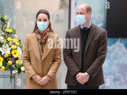 Der Herzog und die Herzogin von Cambridge während der offiziellen Eröffnung des Balfour, Orkneys neues Krankenhaus in Kirkwall, wo sie mit Mitarbeitern des Gesundheitsdienstes zusammentreffen, während sie ihre Reise durch Schottland fortsetzen. Bilddatum: Dienstag, 25. Mai 2021.