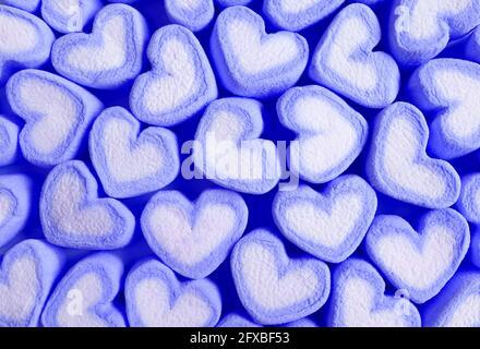 Reihen von Pastellblau und Weiß herzförmigen Marschall Bonbons Für das Konzept der Liebe