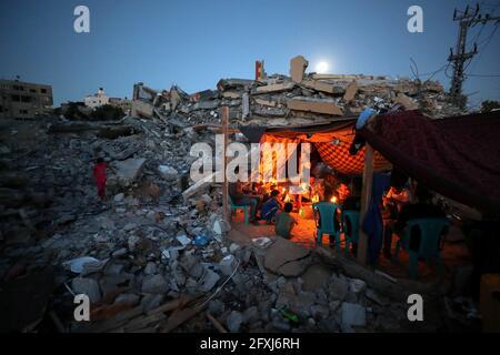 Palästinenser aus der Familie Zawaraa halten Kerzen in einem provisorischen Zelt inmitten der Trümmer ihrer Häuser, die durch israelische Luftangriffe während der israelisch-palästinensischen Kämpfe im Gazastreifen am 25. Mai 2021 zerstört wurden. Bild aufgenommen am 25. Mai 2021. REUTERS/Mohammed Salem
