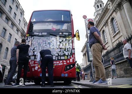 Ein Londoner Bus ist in der Nähe des Trafalgar Square nach einem Anti-Impfstoff-Protest im Zentrum von London mit Anti-Impfstoff-Aufklebern bedeckt. Bilddatum: Samstag, 29. Mai 2021.