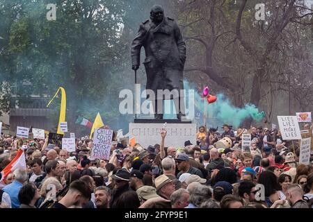 London, Großbritannien. Mai 2021. Kill the Bill Protest: Tausende von Demonstranten aus einer Reihe aktivistischer Organisationen marschieren durch Westminster, um gegen einen vorgeschlagenen Polizeientwurf zu demonstrieren, der die Einführung eines Verbrechensgesetzes sehen könnte, das strenge Einschränkungen des Protestrechts auferlegt. Kredit: Guy Corbishley/Alamy Live Nachrichten
