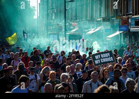 London, Großbritannien. Mai 2021. Während eines Anti-Lockdown-Protests marschieren Menschen durch die Stadt. Tausende von Menschen traten unter dem Banner hervor, um sich für den Frieden und ihre Menschenrechte zu vereinigen. Die Zahl der Teilnehmer an den Protesten ist seit Einführung der COVID-19-Beschränkungen von Monat zu Monat gestiegen. Kredit: SOPA Images Limited/Alamy Live Nachrichten