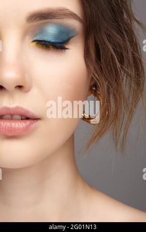 Nahaufnahme Porträt einer jungen Frau mit geschlossenen Augen. Nahaufnahme des menschlichen weiblichen Gesichts. Frau mit natürlichen Abend vogue Auge Schönheit Make-up. Fläche mit pe