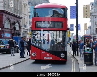 London, Großbritannien. 29/05/21. Ein Londoner Bus fährt vorbei, nachdem er von Demonstranten, die gegen die fortgesetzten Beschränkungen von Covid demonstrierten, mit Aufklebern bedeckt wurde