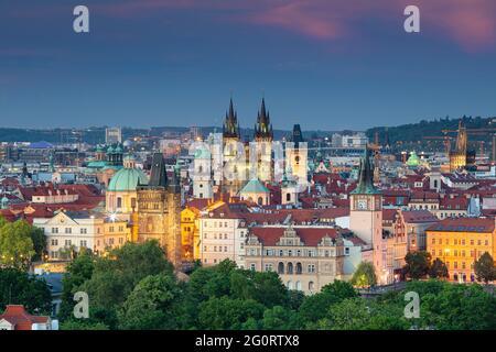 Prag. Luftbild von Prag, Tschechische Republik mit der Kirche unserer Lieben Frau vor Tyn, Altstädter Brückenturm, Pulverturm bei Sonnenuntergang.
