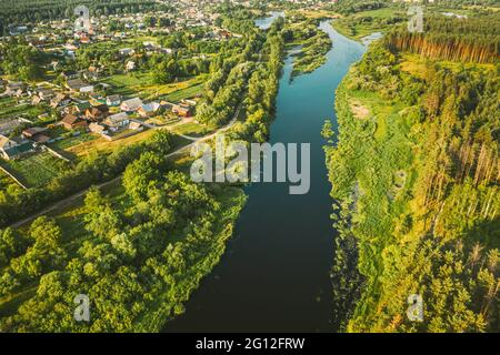 Luftaufnahme Des Ruhigen Flusses Und Des Dorfes In Weißrussland, Europa. Green Forest Woods Landschaft Im Sonnigen Sommerabend. Top Blick Auf Die Schöne Europäische Natur