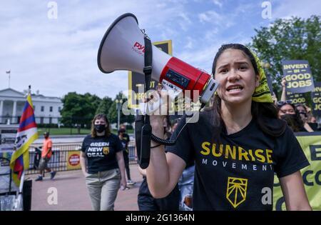 Audrey Lin singt während einer Demonstration der Sunrise Movement vor dem Weißen Haus, die Maßnahmen gegen den Klimawandel und grüne Arbeitsplätze in Washington, USA, fordert, 4. Juni 2021. REUTERS/Evelyn Hockstein