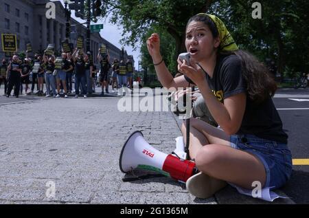 Audrey Lin singt während einer Demonstration der Sunrise Movement, während sie einen Eingang zum Weißen Haus blockieren und Maßnahmen gegen den Klimawandel und grüne Arbeitsplätze in Washington, USA, fordern, 4. Juni 2021. REUTERS/Evelyn Hockstein