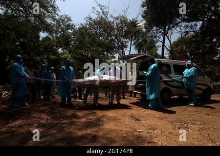 Chennai, Indien. Juni 2021. Freiwillige bereiten sich zusammen mit Friedhofskräften in Schutzkleidung darauf vor, den Leichnam eines Mannes, der an dem Corona-Virus Covid-19 starb, in einer Grube in Chennai zu begraben. (Foto von Sri Loganathan Velmurugan/Pacific Press) Quelle: Pacific Press Media Production Corp./Alamy Live News