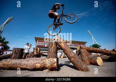 Berlin, Deutschland. Juni 2021. Finale 2021 - Trial, Trial Elite 26: Jannis Oing balanciert sein Trial Bike auf dem Hindernis. Quelle: Fabian Sommer/dpa/Alamy Live News
