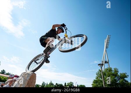 Berlin, Deutschland. Juni 2021. Finale 2021 - Trial, Trial Elite 26: Raphael Zehentner springt mit seinem Trial Bike über das Hindernis. Quelle: Fabian Sommer/dpa/Alamy Live News