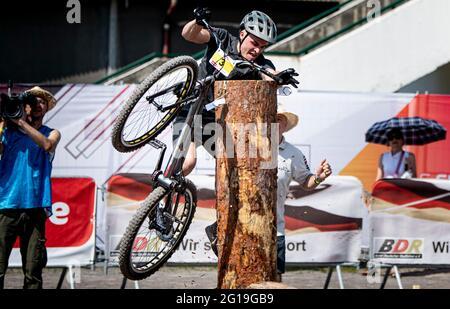 Berlin, Deutschland. Juni 2021. Finale 2021 - Trial, Trial Elite 26: Raphael Zehentner fällt von seinem Trial Bike. Quelle: Fabian Sommer/dpa/Alamy Live News