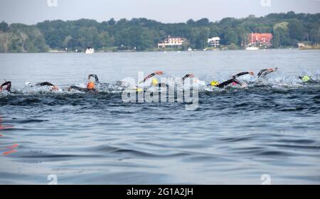 Berlin, Deutschland. Juni 2021. Triathlon: Deutsche Meisterschaft, Sprint, Männer: Die Athleten sind am Wannsee unterwegs. Quelle: Paul Zinken/dpa-Zentralbild/dpa/Alamy Live News