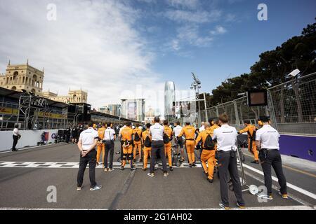 Baku, Aserbaidschan. Juni 2021. McLaren auf dem Startplatz. Großer Preis von Aserbaidschan, Sonntag, 6. Juni 2021. Baku City Circuit, Aserbaidschan. Quelle: James Moy/Alamy Live News