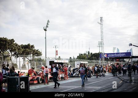 Baku, Aserbaidschan. Juni 2021. Die Box, während das Rennen gestoppt wird. Großer Preis von Aserbaidschan, Sonntag, 6. Juni 2021. Baku City Circuit, Aserbaidschan. Quelle: James Moy/Alamy Live News