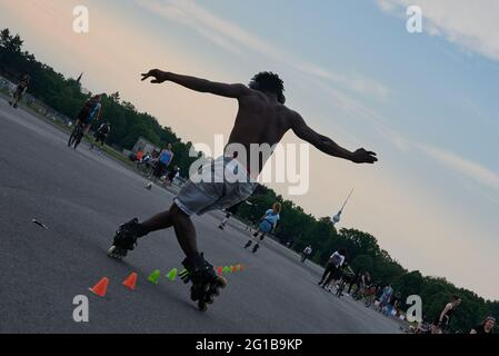 Berlin, Deutschland. Juni 2021. Soumaila und viele andere Leute laufen auf dem Tempelhofer Feld Inline Skaten. Quelle: Annette Riedl/dpa/Alamy Live News