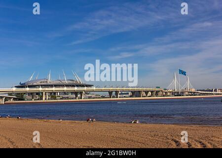 Russland, St.Petersburg, 07. Juni 2021:die Ansicht der offiziellen Flagge der fußball-Europameisterschaft UEFA und das Stadion Gazprom Arena, Euro 2020, 2021