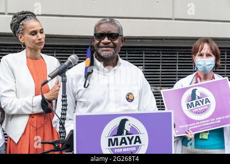 New York, NY - 8. Juni 2021: Patrick Forde spricht bei der Ankündigung des Universal Health Coverage Plans durch die Bürgermeisterin Maya Wiley im Montefiore Medical Center in der Bronx