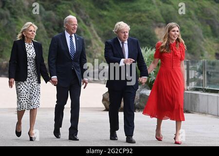 (Von links nach rechts) First Lady Jill Biden, US-Präsident Joe Biden, Premierminister Boris Johnson und Carrie Johnson gehen vor dem G7-Gipfel in Cornwall vor dem Carbis Bay Hotel, Carbis Bay, Cornwall. Bilddatum: Donnerstag, 10. Juni 2021.