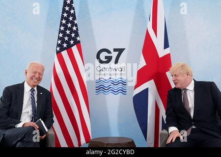 US-Präsident Joe Biden lacht, als er mit dem britischen Premierminister Boris Johnson während seines Treffens vor dem G7-Gipfel in Carbis Bay, Cornwall, Großbritannien, sprach.10. Juni 2021REUTERS/Kevin Lamarque