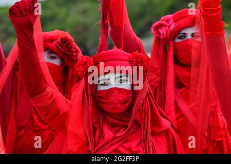 Auslöschung Rebellion Rote Rebellen während einer XR-Demonstration in St. Ives, während des G7-Gipfels in Cornwall. Bilddatum: Freitag, 11. Juni 2021.
