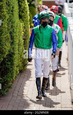 Eine allgemeine Ansicht, als die Jockeys den Wiegeraum auf der Sandown Park Racecourse, Esher, verlassen. Bilddatum: Samstag, 12. Juni 2021.
