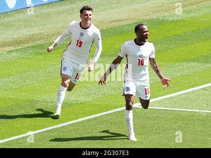 Der englische Raheem Sterling (rechts) feiert das erste Tor seiner Mannschaft während des UEFA Euro 2020 Gruppe D-Spiels im Wembley Stadium, London. Bilddatum: Sonntag, 13. Juni 2021.