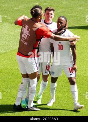 Der englische Raheem Sterling (rechts) feiert das erste Tor seiner Mannschaft mit Teamkollegen während des UEFA Euro 2020 Gruppe D-Spiels im Wembley Stadium, London. Bilddatum: Sonntag, 13. Juni 2021.
