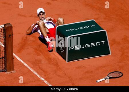 Paris, Frankreich. Juni 2021. Tennis: Grand Slam/ATP Tour - French Open, Singles, Herren, Finale, Djokovic (Serbien) - Tsitsipas (Griechenland). Novak Djokovic ist unten. Quelle: Frank Molter/dpa/Alamy Live News